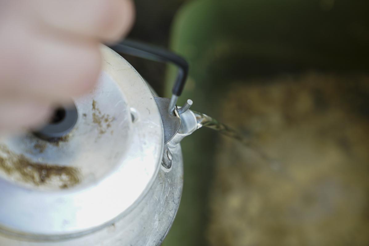 3. Add a dash of warm water to activate the mix -  - Tricks, Tipps, Pop-ups, Live System, Köder, karpfenangeln, kaltes Wasser, Crush, CC Moore, boilies, Baits