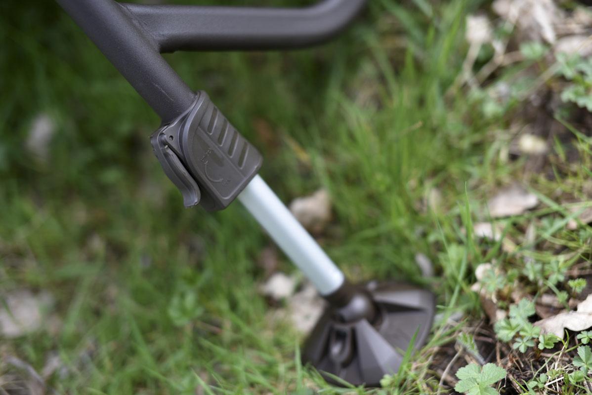 Über einen Click-Lock Mechanismus lassen sich die großen Schlammfüße easy verstellen.