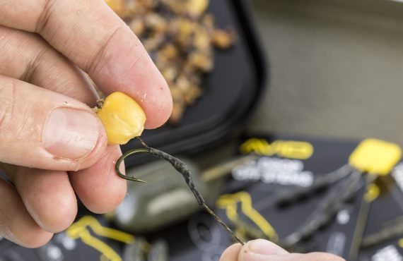 5 Ellis likes to steam the Shrink Tube over the knotless knot onto the shank of hook opposite the point This helps to stop the hair from tangling 1 570x370 - Stalking Set Up! - von Ellis Brazier