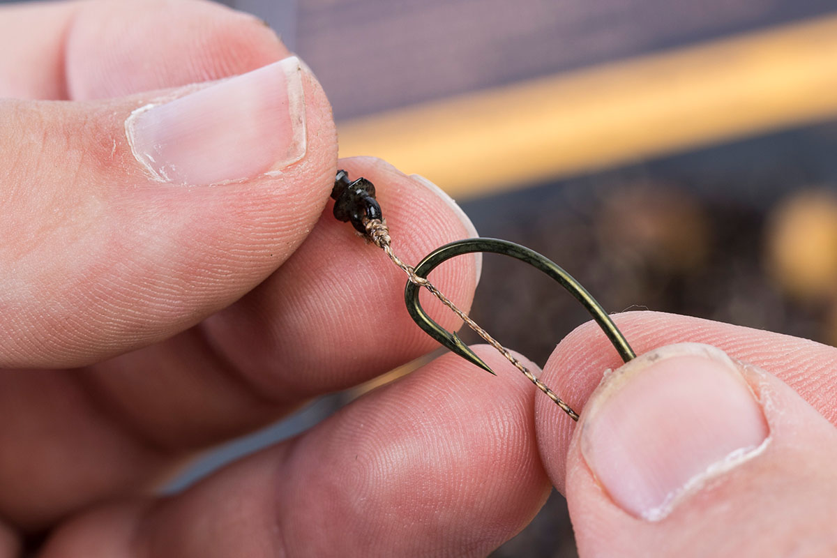 4 Put the point of the hook through the braid leaving a small gap between the Boilie Screw hook 1 -  - Flusskarpfen, Avid Carp
