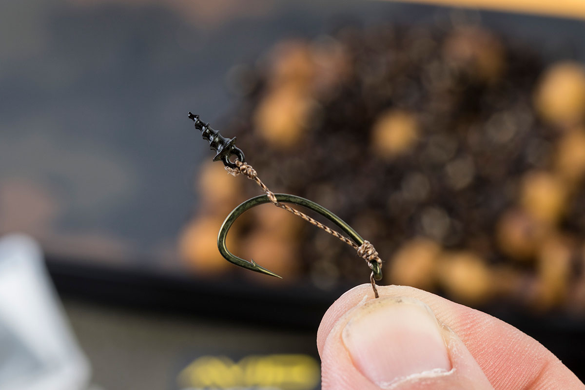 5 The braid should come off the back of the bend of the hook in line with the barb 1 -  - Flusskarpfen, Avid Carp