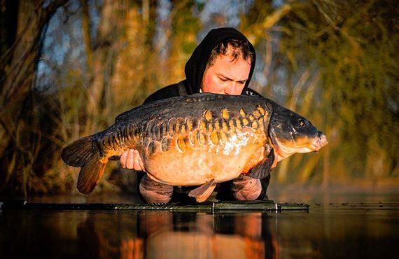 Karpfenangeln in England – Liam Woolcott mit Charakterfisch